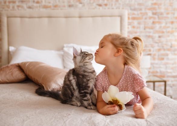 Meisje geeft zoen aan kat