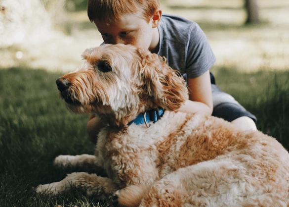 Kind knuffelt hond.