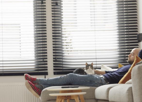 Jo Hens ligt in zetel met zijn kat Erik