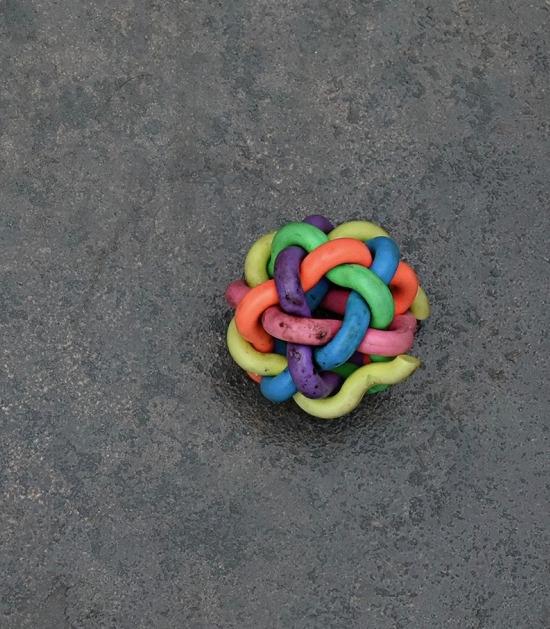 Veelkleurig speeltje op donkere vloer