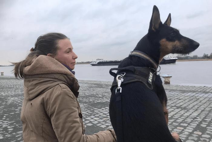 Jana en Boef zitten aan de oever van de Schelde