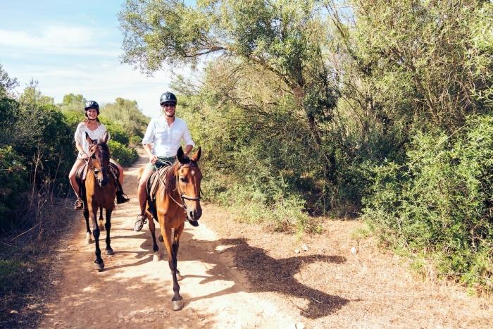 Twee toeristen te paard