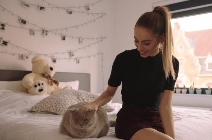 Camille Dhont met haar kat Moustache