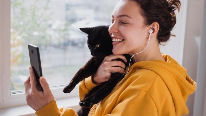 Meisje maakt selfie met zwarte kat